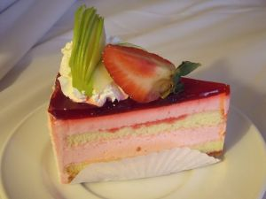 1280px-Strawberry_Cake